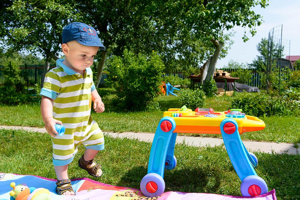 Ребенок в полтора года умеет играть с предметами, изучая их свойства